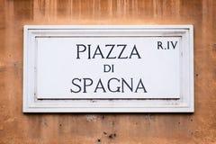 Piazza di Spagna在墙壁上的路牌在罗马,意大利 库存图片
