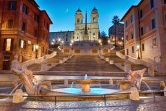 Piazza Di Spagna, de Spaanse Stappen en Fontana-della Barcaccia in Rome in nacht het benadrukken stock afbeeldingen