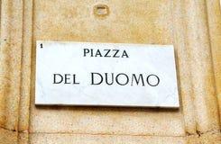 Piazza Duomo assina dentro Milão fotos de stock royalty free