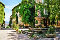 Piazza frondosa con la fontana, Provenza, Francia fotografia stock libera da diritti