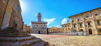 Piazza Grande y Palazzo Comunale en Montepulciano Toscana, él Imagen de archivo libre de regalías