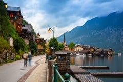 Piazza in Hallstatt, Austria Hallstatt è villaggio storico situato in alpi austriache Immagini Stock Libere da Diritti