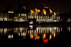 Piazza-Hotel Maastrichts Crowne bis zum Nacht mit Reflexion Stockbilder