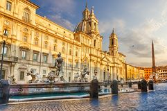Piazza Navona i Rome på solnedgången arkivfoton