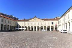 Piazza Ottinetti, het belangrijkste vierkant van Ivrea beroemd voor de oranje slag van Carnaval royalty-vrije stock fotografie