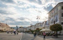 Piazza principale in Banska Bystrica, Slovacchia nel giorno di estate fotografia stock libera da diritti