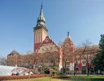 Piazza pubblica con la torre di orologio e poco parco Fotografia Stock