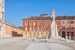 Piazza Roma och monument till Vincenzo Borelli, Modena royaltyfri fotografi