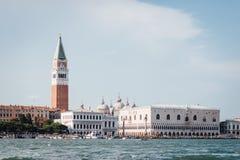 Piazza San Marco avec le campanile de la cathédrale Campani du ` s de St Mark Photos libres de droits