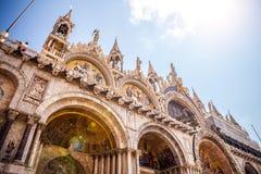 Piazza San Marco con la basilica di St Mark ed il campanile del campanile di St Mark Fotografie Stock Libere da Diritti