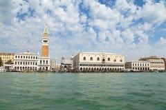 Piazza San Marco eller sikt för St Mark fyrkant från havet, Campanile och Ducale eller dogeslott Royaltyfri Fotografi