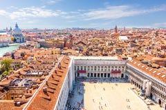 Piazza San Marco en de gezichten van Venetië, mening van Campanile stock foto