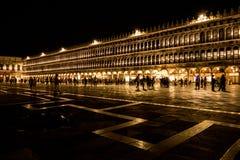 Piazza San Marco i Venedig på natten med folk Royaltyfri Fotografi