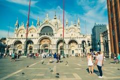 Piazza San Marco met de Basiliek van het Teken van Heilige en de klok aan royalty-vrije stock afbeeldingen