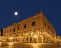 Piazza San Marco met het Doge` s Paleis Palazzo Ducale bij nacht, Venetië stock foto's