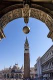 Piazza San Marco obramiający w łuku z sferą nad ono, Wenecja, Włochy Obraz Stock