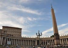 Piazza San Pietro (grand dos de rue Peter) Image libre de droits