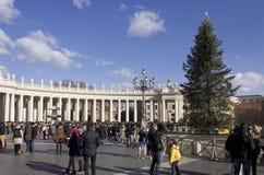 Piazza San Pietro i Rome, med dess obelisk och en julgran royaltyfri bild