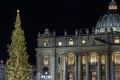 Piazza San Pietro, julkrubban realiserade med sanden av Jesolo och julgranen som dekorerades med guld-färgade ljus royaltyfria bilder