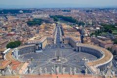 Piazza San Pietro som uppifrån ses av basilikan San Pietro, i Vaticanen Arkivbild