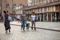Piazza Trento Trieste i Ferrara, Italien Kvadrera i den historiska mitten av Ferrara, ett möteställe av medborgarskap och turiste royaltyfria foton