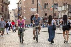 Piazza Trento Trieste i Ferrara, Italien Kvadrera i den historiska mitten av Ferrara, ett möteställe av medborgarskap och turiste arkivbilder
