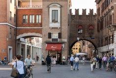 Piazza Trento Trieste i Ferrara, Italien Kvadrera i den historiska mitten av Ferrara, ett möteställe av medborgarskap och turiste royaltyfri fotografi