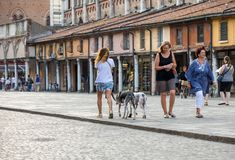 Piazza Trento Trieste i Ferrara, Italien Kvadrera i den historiska mitten av Ferrara, ett möteställe av medborgarskap och turiste royaltyfria bilder