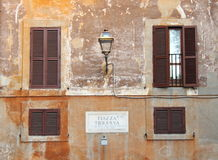 Piazza Trilussa undertecknar in en forntida byggnad i Rome Royaltyfri Foto