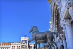 Piazza Venedig Italien för basilika för hästSt Mark ` s Arkivbilder