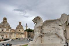 Piazza Venezia - vista di Santa Maria di Loreto Church, di Palazzo Valentini e della colonna di Traiano dai punti del della Patri Immagine Stock Libera da Diritti