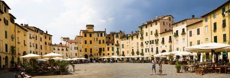 Piazzadell'anfiteatro i Lucca, Italien Arkivbilder