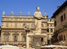 Piazzadelle Erbe, är den äldsta fyrkanten i Verona och stiger över området av Roman Forum royaltyfri fotografi