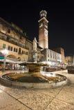 Piazzadelle Erbe av Natt i Verona Italien Arkivfoto