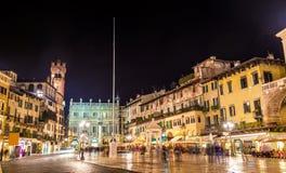 Piazzadelle Erbe (marknadens fyrkant) i Verona royaltyfri foto