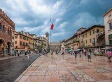 Piazzadelle Erbe och Palazzo Maffei i Verona Royaltyfri Fotografi