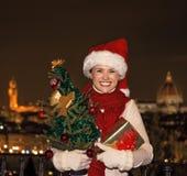 Piazzale的米开朗基罗妇女有圣诞树和礼物的 免版税图库摄影