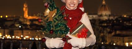 Piazzale的米开朗基罗妇女有圣诞树和礼物的 库存照片