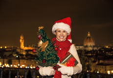 Piazzale的米开朗基罗妇女有圣诞树和礼物的 免版税库存照片