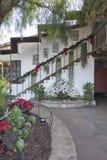 Piazzamitte mit Hängepflanzen und Töpfen auf Treppe gegen ein a Stockfoto