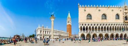 Piazzetta San Marco med doges slott och campanilen, Venedig, Italien Arkivfoton