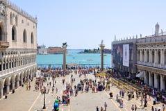 Piazzettaen San Marco, sikt från Sts Mark basilika i Venedig. Royaltyfri Bild