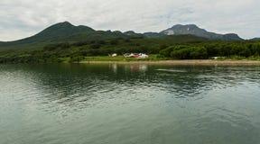 Piazzola di eliporto sulla fonte di fiume Ozernaya sul lago Kurile Parco naturale del sud di Kamchatka Fotografia Stock Libera da Diritti