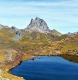 Pic de Midi d Ossau увиденное от Ibones de Anayet стоковое фото rf