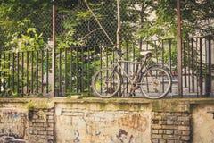 Pic divertente di vecchia bicicletta che sta su un'alta parete Immagine Stock