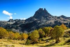 Pic Du密地Ossau在秋天,法国,比利牛斯看法  免版税库存照片