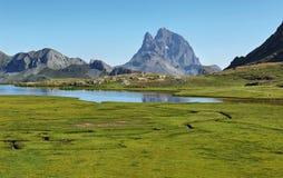 Pic du Midi d Ossau отражая в озере Anayet, испанском языке Пиренеи, Арагоне, Испании стоковые фотографии rf