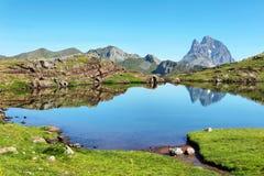 Pic du Midi d Ossau que reflete no lago Anayet, espanhol Pyrenees, Aragon, Espanha imagem de stock