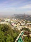 Pic van concrete wildernis en achter hen een berg Royalty-vrije Stock Foto's