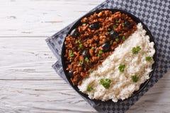 Picadillo een La-habanera met rijst op de lijst horizontale bovenkant v Royalty-vrije Stock Afbeeldingen